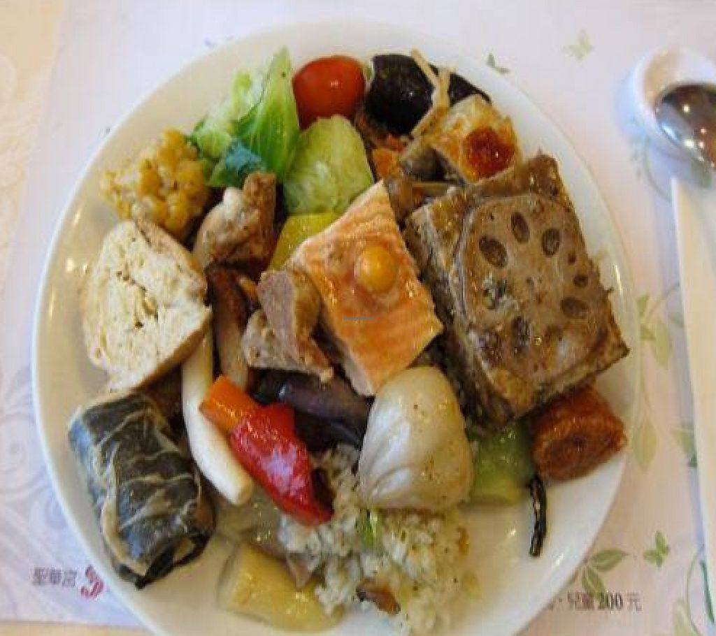 """Photo of Seng Hua Gong - Saint Lotus Vegetarian - Taichung Art Museum  by <a href=""""/members/profile/cvxmelody"""">cvxmelody</a> <br/>Plate of food from buffet <br/> November 14, 2011  - <a href='/contact/abuse/image/277/194041'>Report</a>"""