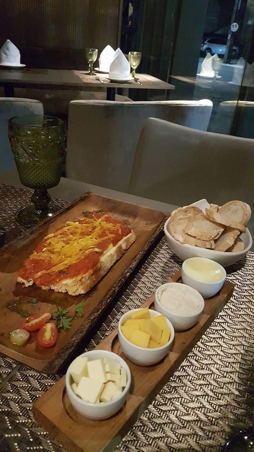 "Photo of Emporio Gourmet  by <a href=""/members/profile/sarahssoares"">sarahssoares</a> <br/>Bruscheta e entrada couvert <br/> March 8, 2018  - <a href='/contact/abuse/image/100382/368164'>Report</a>"
