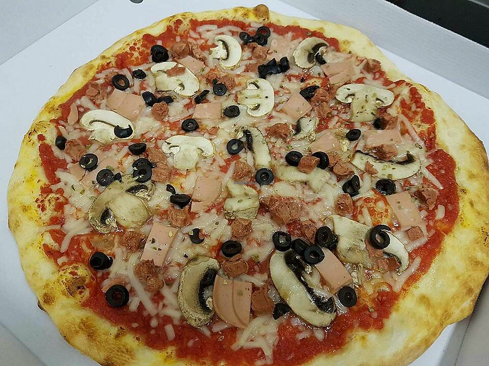 "Photo of Siamo La Pizza  by <a href=""/members/profile/Kukiaries"">Kukiaries</a> <br/>Pizza con queso y jamon veganos <br/> September 18, 2017  - <a href='/contact/abuse/image/100529/305720'>Report</a>"