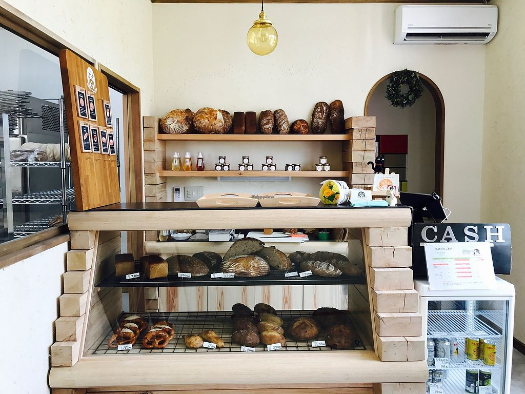 """Photo of Hitotowa  by <a href=""""/members/profile/ManamiTakahashi"""">ManamiTakahashi</a> <br/>It's a facing type counter. They are very friendly and have customers try eat a lots if you like.  <br/> September 18, 2017  - <a href='/contact/abuse/image/100669/305566'>Report</a>"""