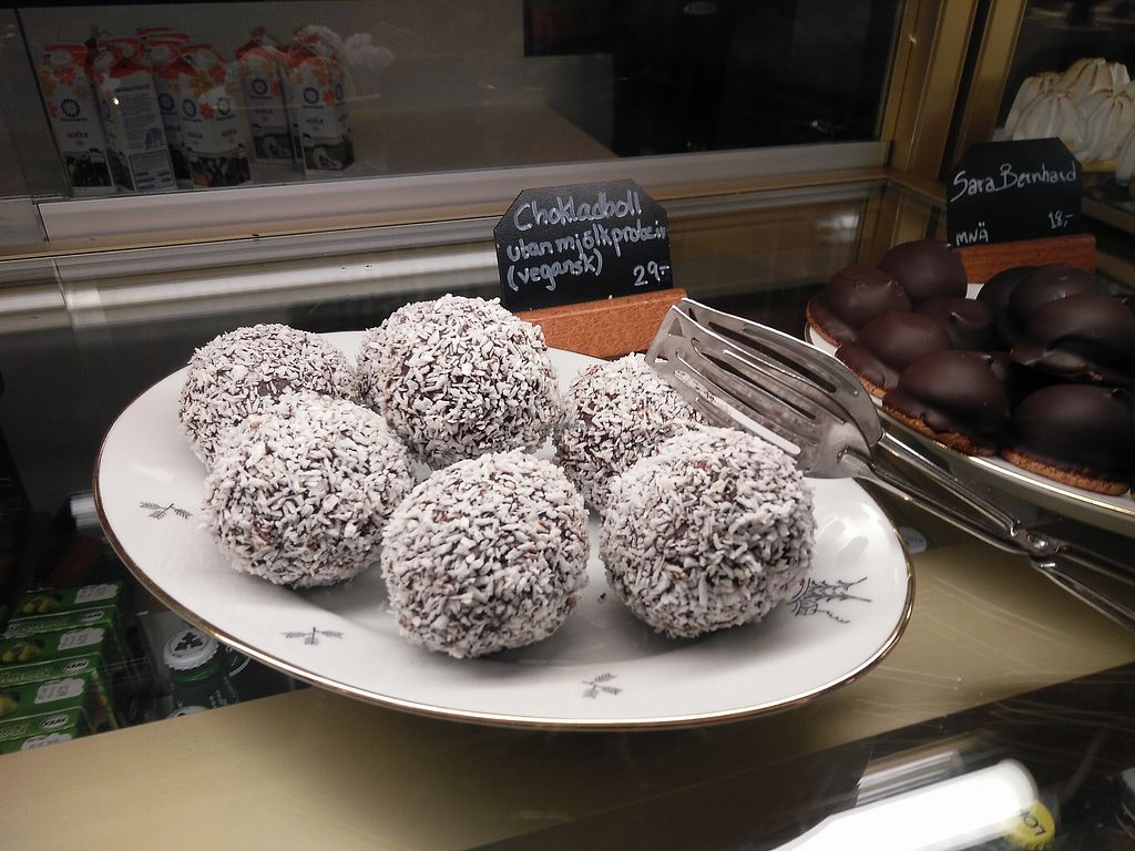 """Photo of Citykonditoriet  by <a href=""""/members/profile/martinicontomate"""">martinicontomate</a> <br/>vegan chocolate balls <br/> March 17, 2018  - <a href='/contact/abuse/image/101250/371769'>Report</a>"""