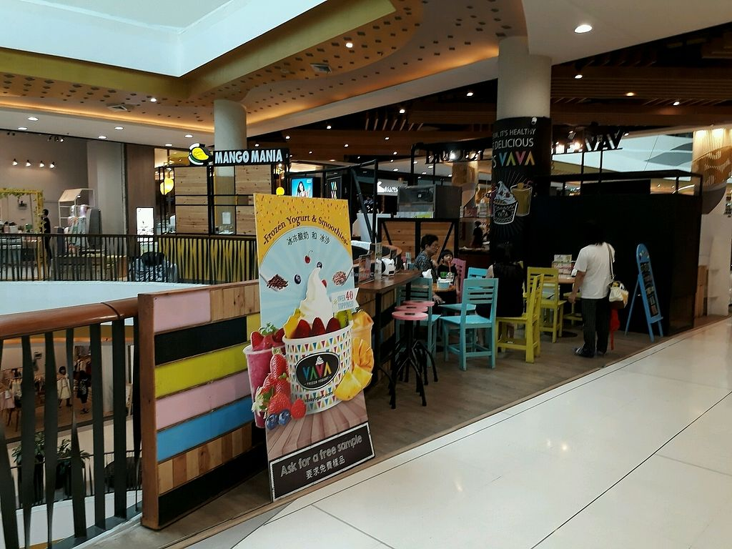 """Photo of VAVA Frozen Yogurt - Central Festival  by <a href=""""/members/profile/LilacHippy"""">LilacHippy</a> <br/>Seating Area <br/> October 12, 2017  - <a href='/contact/abuse/image/102723/314380'>Report</a>"""
