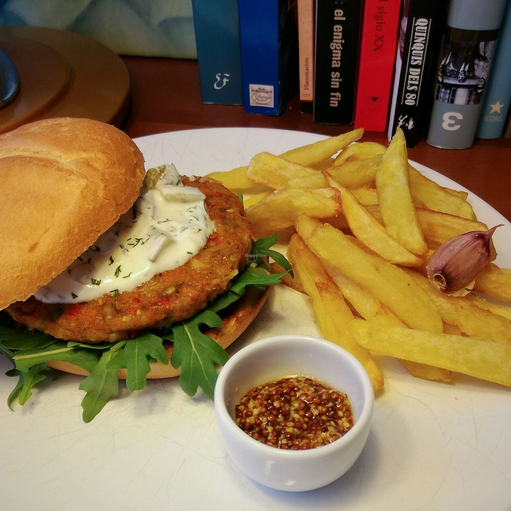 """Photo of Black Label  by <a href=""""/members/profile/Mikel.O"""">Mikel.O</a> <br/>veggie burger de Black Label con salsa tzatziki casera y rúcula <br/> January 24, 2018  - <a href='/contact/abuse/image/110269/350576'>Report</a>"""