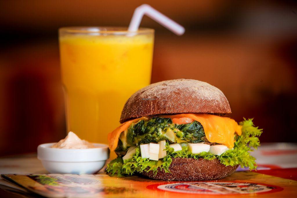 "Photo of Rock Diner Burgers  by <a href=""/members/profile/AldoLuizD%27Isep"">AldoLuizD'Isep</a> <br/>Antonhy Kieds -Burger de espinafre, alface, palmito, queijo prato e pãp australiano <br/> January 30, 2018  - <a href='/contact/abuse/image/110779/352866'>Report</a>"
