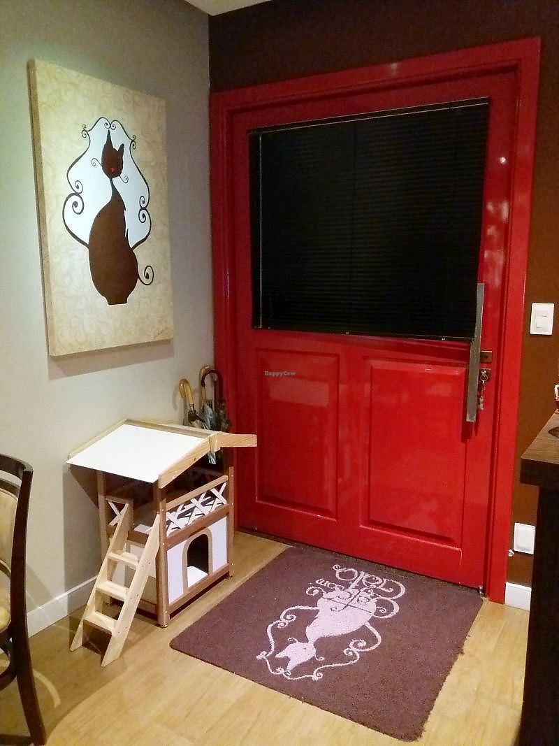 """Photo of Cafe com Gato  by <a href=""""/members/profile/Macintouch"""">Macintouch</a> <br/>Main Door <br/> March 20, 2018  - <a href='/contact/abuse/image/114956/373496'>Report</a>"""