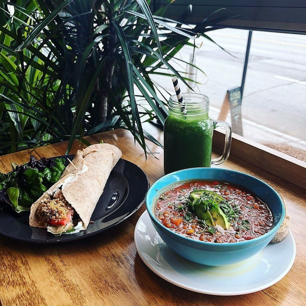 "Photo of Quebud Cafe  by <a href=""/members/profile/mcsnv"">mcsnv</a> <br/>Wrap tofu, quinoa et tempeh, Chili avec pain et beurre végétalien, Smoothie vert <br/> April 15, 2018  - <a href='/contact/abuse/image/115248/386207'>Report</a>"