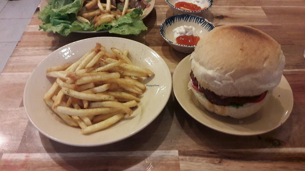 """Photo of Chay Nha Toi  by <a href=""""/members/profile/Chana%C3%AFs"""">Chanaïs</a> <br/>Delicious burger <br/> April 9, 2018  - <a href='/contact/abuse/image/115535/382735'>Report</a>"""