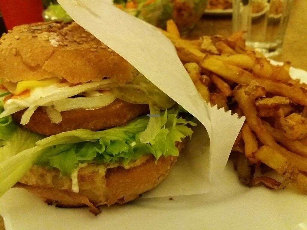 """Photo of CLOSED: vego Foodworld  by <a href=""""/members/profile/voltigeou"""">voltigeou</a> <br/>Cheeseburger poulet pané  et frites <br/> February 14, 2017  - <a href='/contact/abuse/image/21142/226444'>Report</a>"""