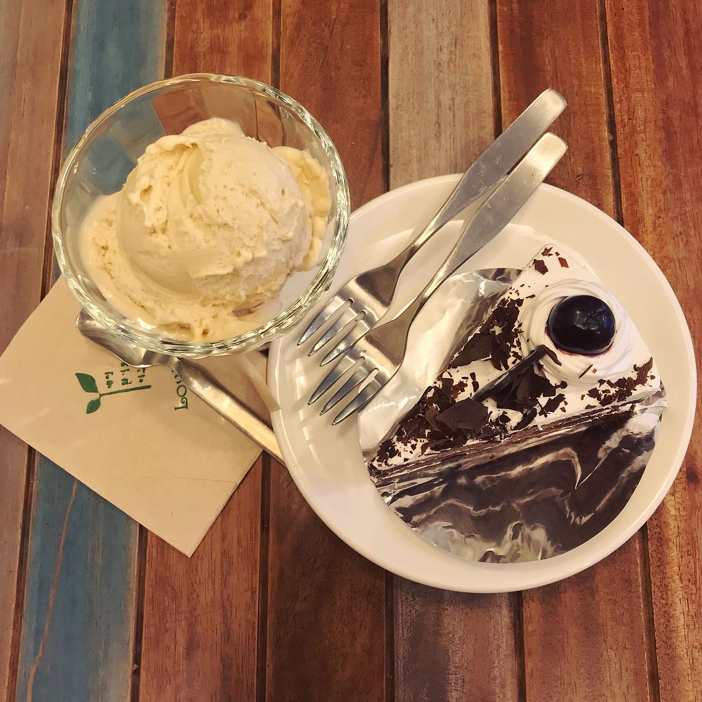 "Photo of Loving Hut Gangnam-gu - 러빙헛  by <a href=""/members/profile/FouzE"">FouzE</a> <br/>Vanilla ice cream & choco cream pie <br/> February 10, 2018  - <a href='/contact/abuse/image/23907/357253'>Report</a>"