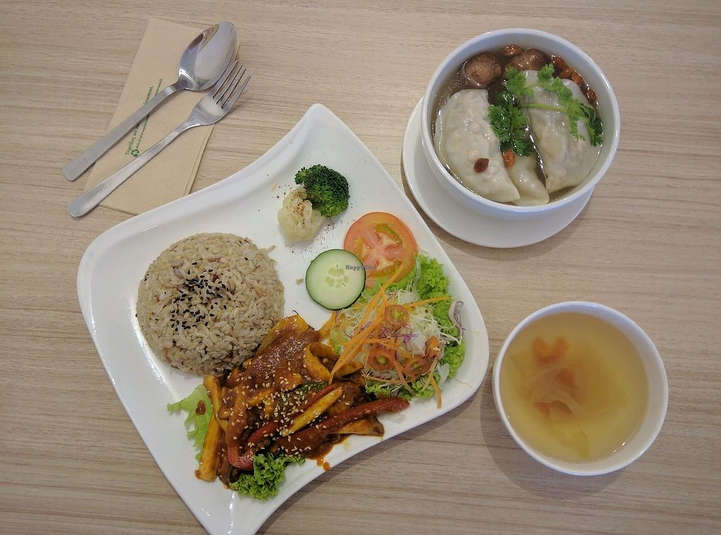 """Photo of The Leaf Healthy House  by <a href=""""/members/profile/Summer_Tan"""">Summer_Tan</a> <br/>R01: Kam Heong Eryngii Rice - RM12.90 (comes with side soup)+ WS03: Dumpling Soup (RM6.20): Good portion of fresh and healthy ingredients. The Kam Heong flavour is on point and authentic in my opinion. Very flavourful, so delicious with the juicy bell peppers and mushrooms. Could be spicier <br/> January 30, 2018  - <a href='/contact/abuse/image/27692/352935'>Report</a>"""