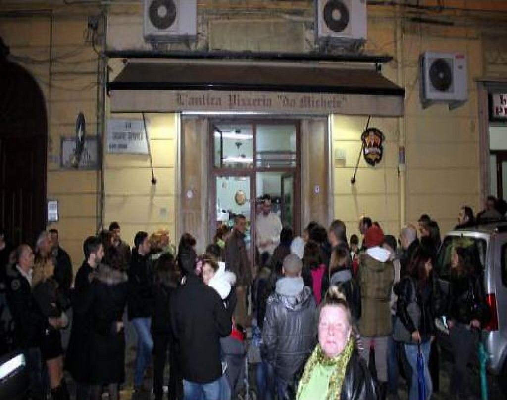 "Photo of Pizzeria da Michele  by <a href=""/members/profile/Laitio-Ramone"">Laitio-Ramone</a> <br/>People waiting to get in to Pizzeria da Michele <br/> December 25, 2011  - <a href='/contact/abuse/image/29173/194227'>Report</a>"