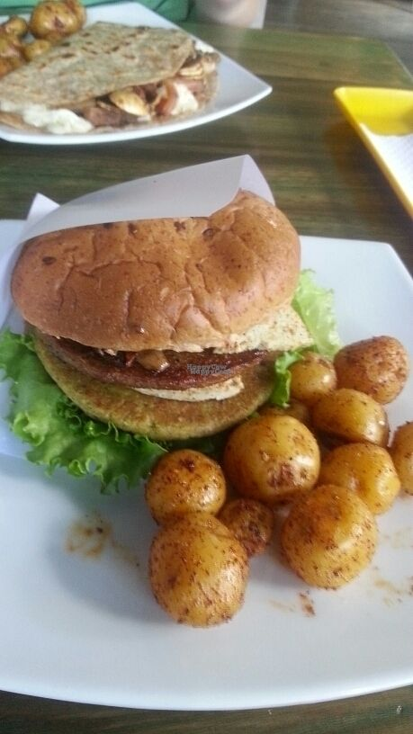 """Photo of Lenteja Express - Poblado  by <a href=""""/members/profile/Blubbermowl"""">Blubbermowl</a> <br/>vegan burger with potatoes <br/> September 23, 2016  - <a href='/contact/abuse/image/29612/177657'>Report</a>"""