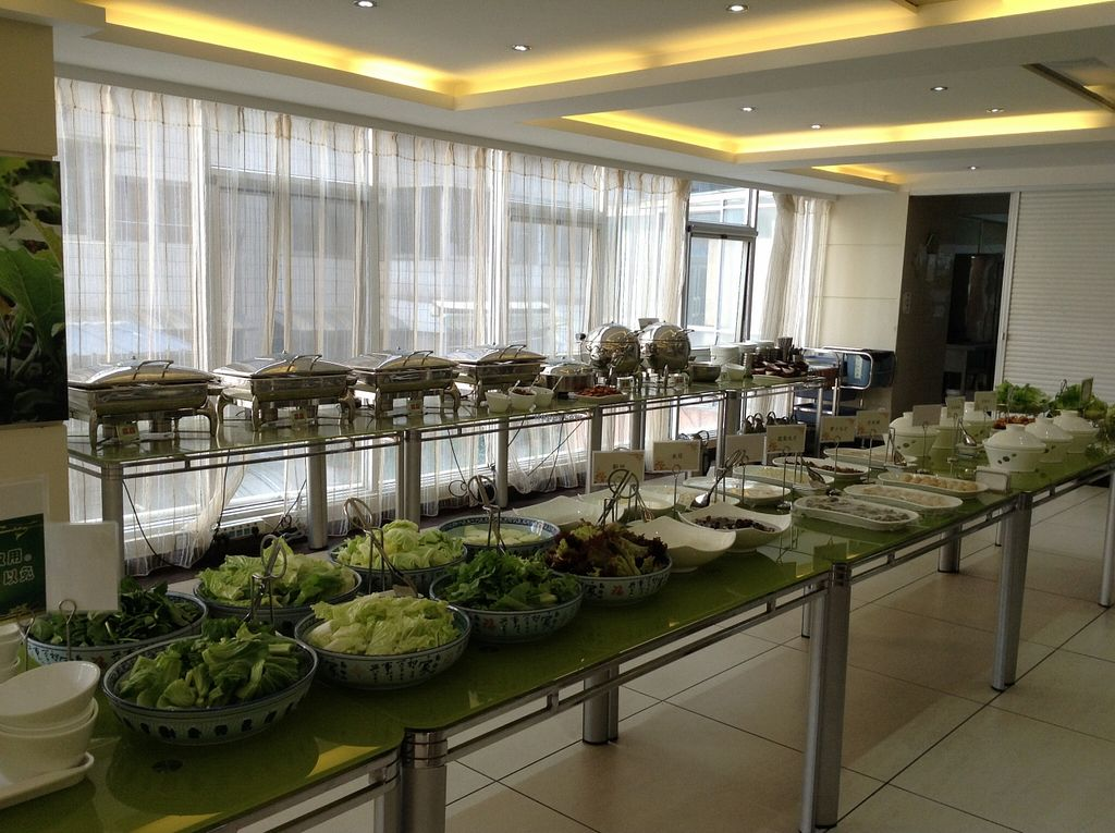 """Photo of Zhong Nong Jian Kang Jia Yuan  by <a href=""""/members/profile/eeyoresenigma"""">eeyoresenigma</a> <br/>The lunch spread. To the left is the buffet line, to the right the hot pot selection. All this is yours for ¥65, or just ¥25 if you only want the buffet <br/> November 4, 2015  - <a href='/contact/abuse/image/30325/123896'>Report</a>"""