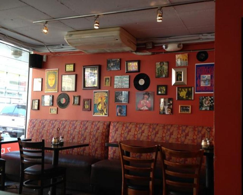 """Photo of zpizza  by <a href=""""/members/profile/Lanahexapod"""">Lanahexapod</a> <br/>Seating and decor  <br/> June 9, 2014  - <a href='/contact/abuse/image/30611/71686'>Report</a>"""