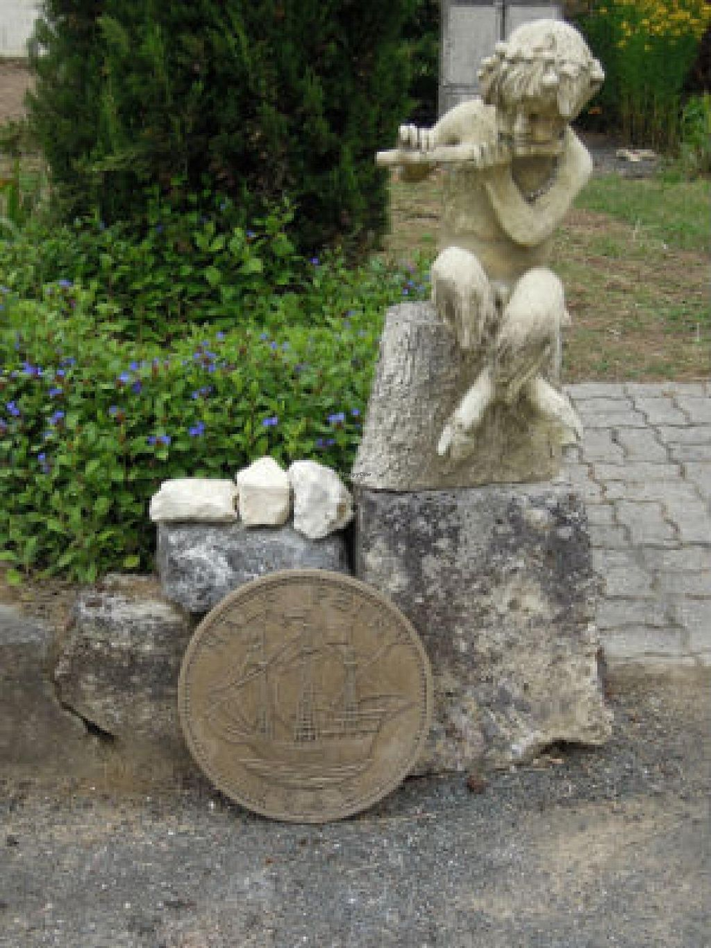 Photo of Le Logis des Quatre Puits  by PlantEaters <br/>The garden at Les Quatre Puits, Neuvicq is full of interesting items and seating areas <br/> July 13, 2014  - <a href='/contact/abuse/image/34122/73937'>Report</a>