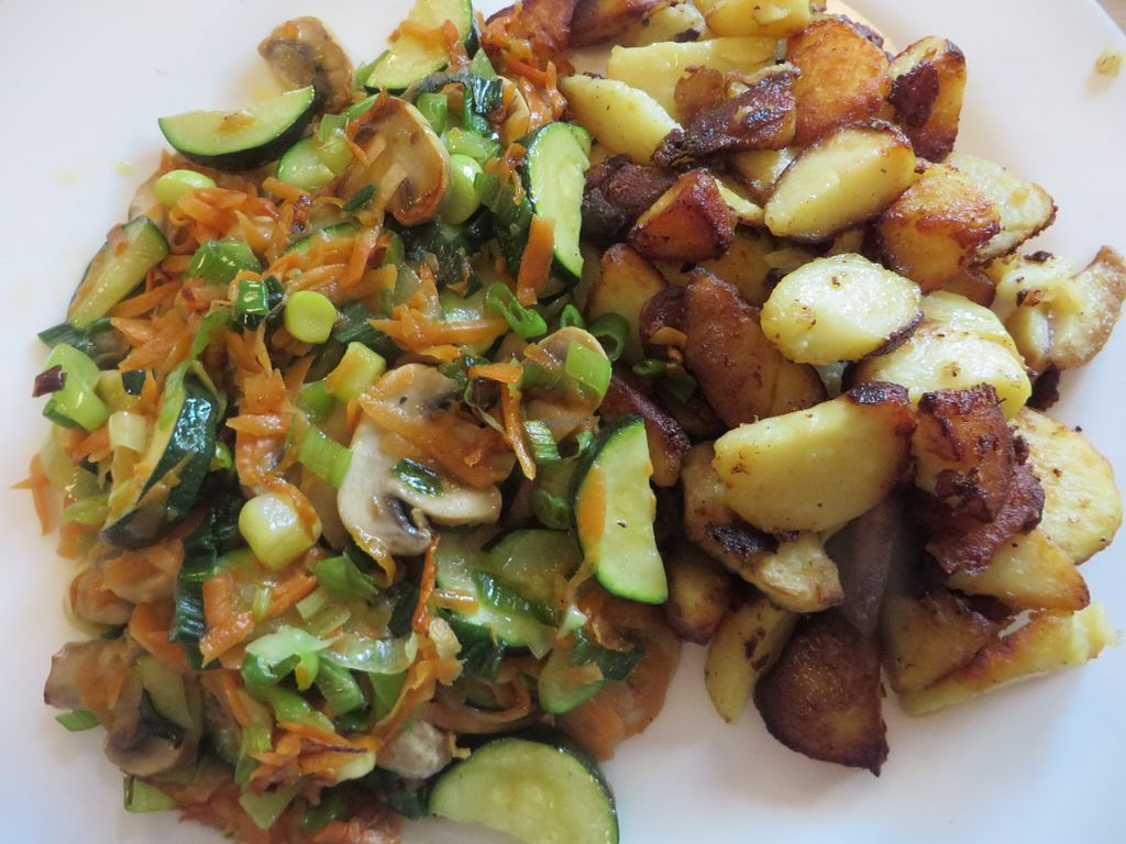 "Photo of ilsetopf  by <a href=""/members/profile/VegiAnna"">VegiAnna</a> <br/>fried potatoes, mushrooms, and vegetables <br/> May 29, 2016  - <a href='/contact/abuse/image/35041/151279'>Report</a>"