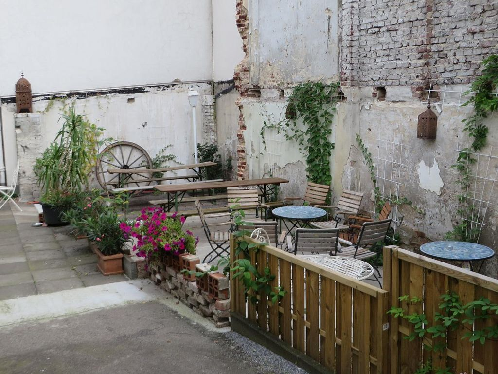 """Photo of L'arabesque  by <a href=""""/members/profile/VegiAnna"""">VegiAnna</a> <br/>backyard for sitting outside in the summer, sheltered  by a wall <br/> September 22, 2014  - <a href='/contact/abuse/image/36254/80648'>Report</a>"""