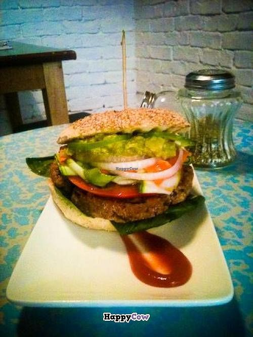"""Photo of Quinoa Bar Vegetaria  by <a href=""""/members/profile/elispiral"""">elispiral</a> <br/>hamburguesa de alubias rojas con verduritas, espinacas y guacamole <br/> August 13, 2013  - <a href='/contact/abuse/image/40631/53203'>Report</a>"""