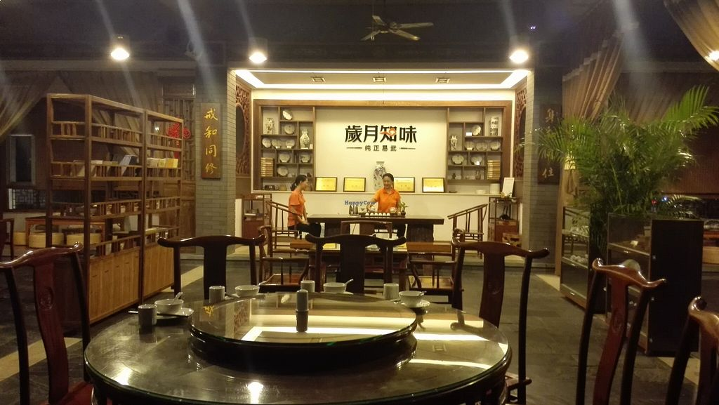Photo of CLOSED: Liuhe Tea House  by Snowballs <br/>Tea master at work <br/> August 17, 2015  - <a href='/contact/abuse/image/40639/114055'>Report</a>