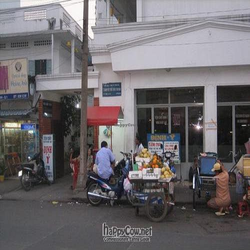 """Photo of Dinh Y  by <a href=""""/members/profile/simpsonyellow"""">simpsonyellow</a> <br/>Dinh Y - Entrance down alley near white sign <br/> December 16, 2008  - <a href='/contact/abuse/image/4353/1321'>Report</a>"""