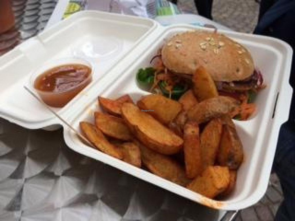 """Photo of Bunte Burger  by <a href=""""/members/profile/Plantpower"""">Plantpower</a> <br/>Burger with wedges  <br/> October 31, 2014  - <a href='/contact/abuse/image/47443/84269'>Report</a>"""