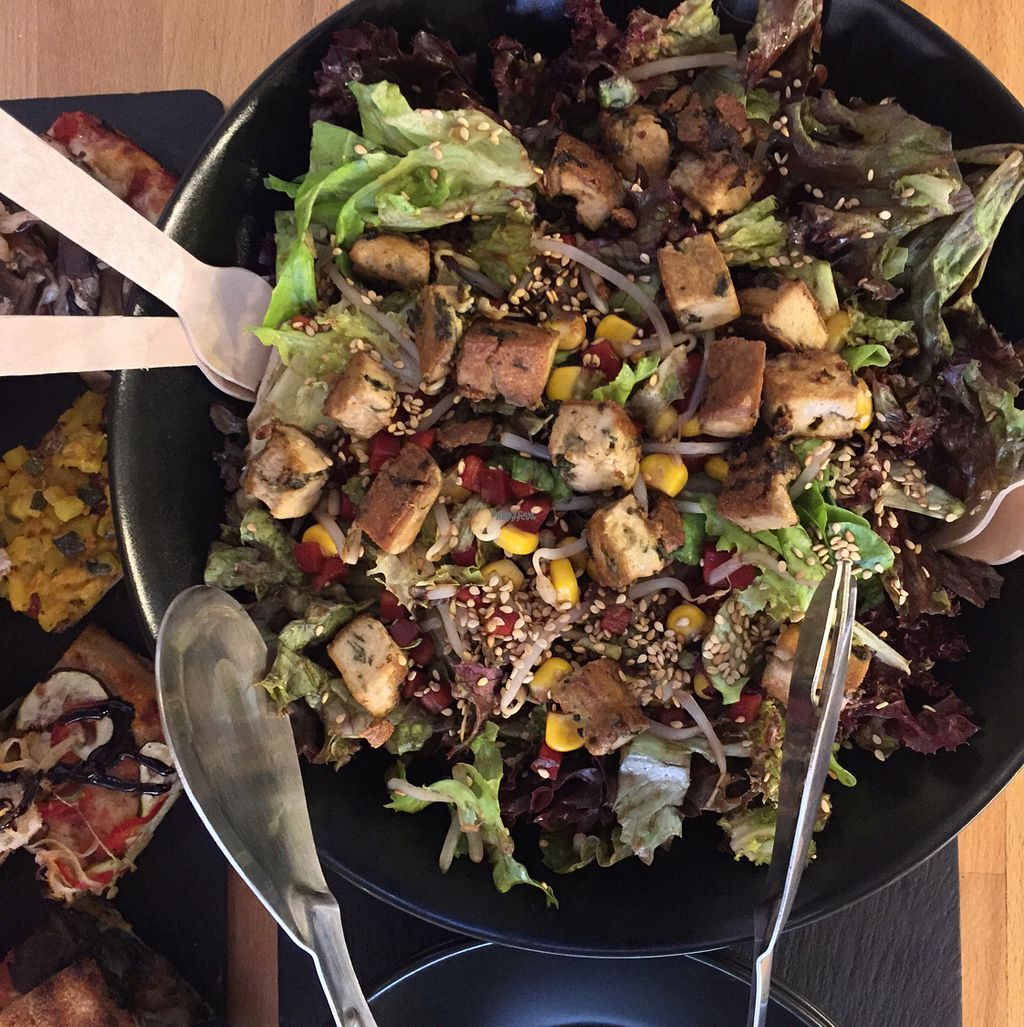 "Photo of Fast and Bio  by <a href=""/members/profile/MyVeganJoy"">MyVeganJoy</a> <br/>awesome salad and vegan pizza <br/> September 14, 2016  - <a href='/contact/abuse/image/50029/175660'>Report</a>"