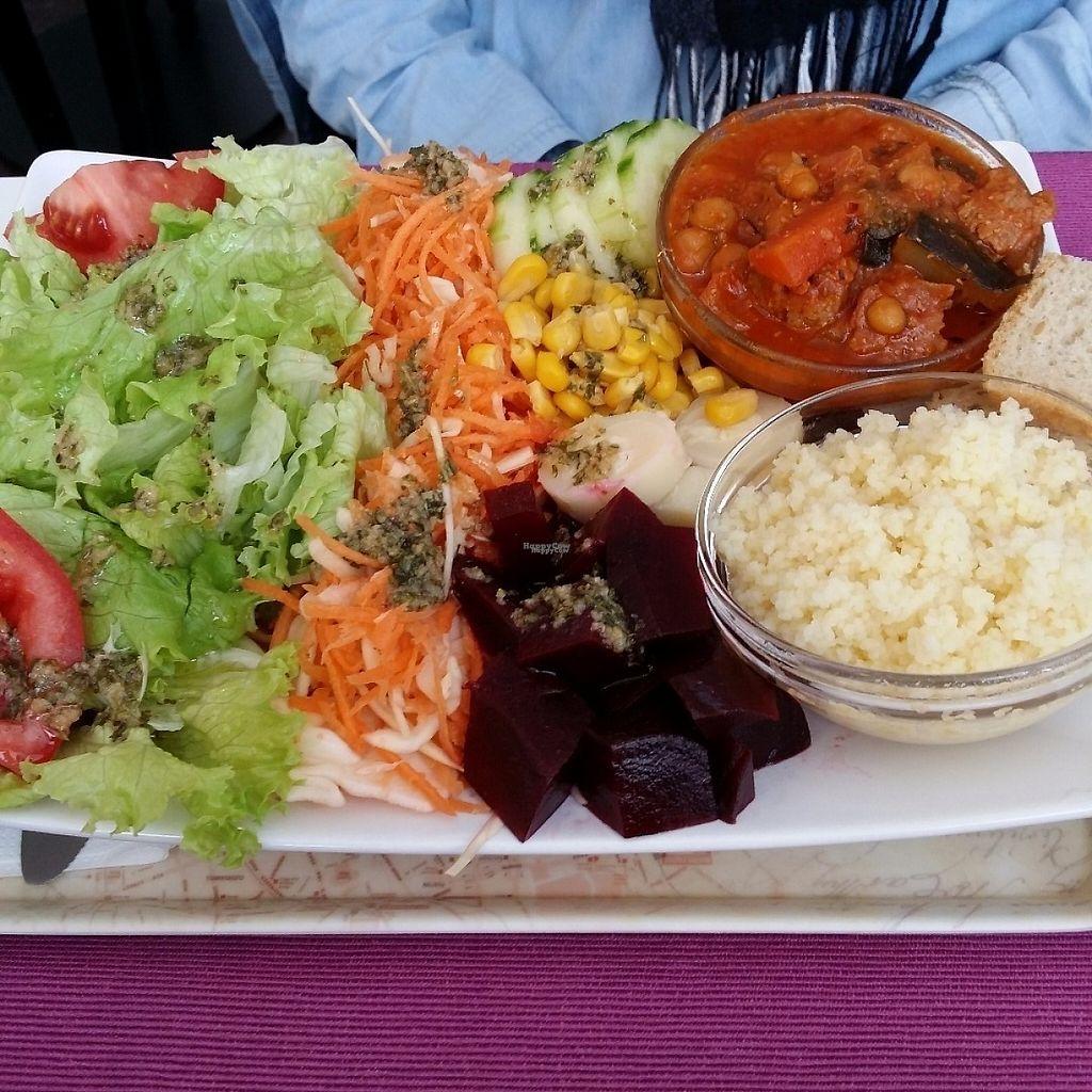 "Photo of Les Delices De Gigi  by <a href=""/members/profile/Jeane"">Jeane</a> <br/>Maxi salade de saison / Maxi seasonal salad <br/> April 8, 2017  - <a href='/contact/abuse/image/53495/245901'>Report</a>"