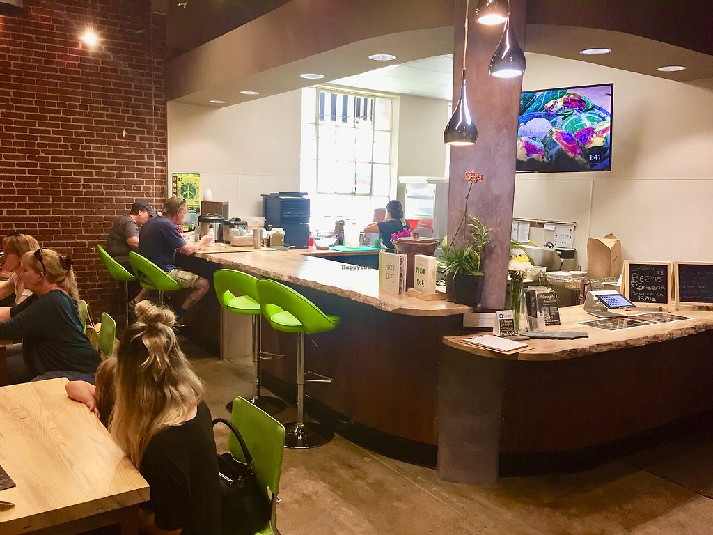 "Photo of Raw Fresno  by <a href=""/members/profile/SFRobbie"">SFRobbie</a> <br/>Tables and counter seating areas—very clean and fun <br/> April 3, 2018  - <a href='/contact/abuse/image/53709/380039'>Report</a>"