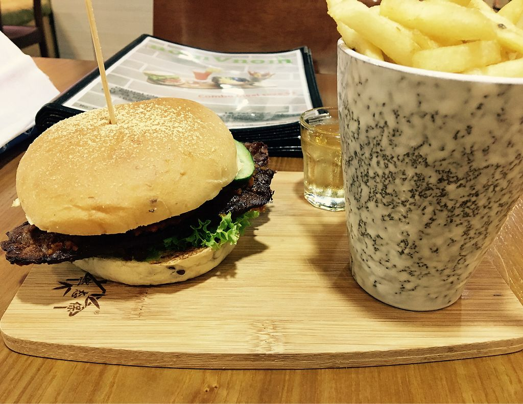 """Photo of NomVnom - Clarke Quay  by <a href=""""/members/profile/Clean%26Green"""">Clean&Green</a> <br/>Temptation Satay burger, fries and complimentary apple vinegar drink <br/> October 16, 2017  - <a href='/contact/abuse/image/55908/315785'>Report</a>"""