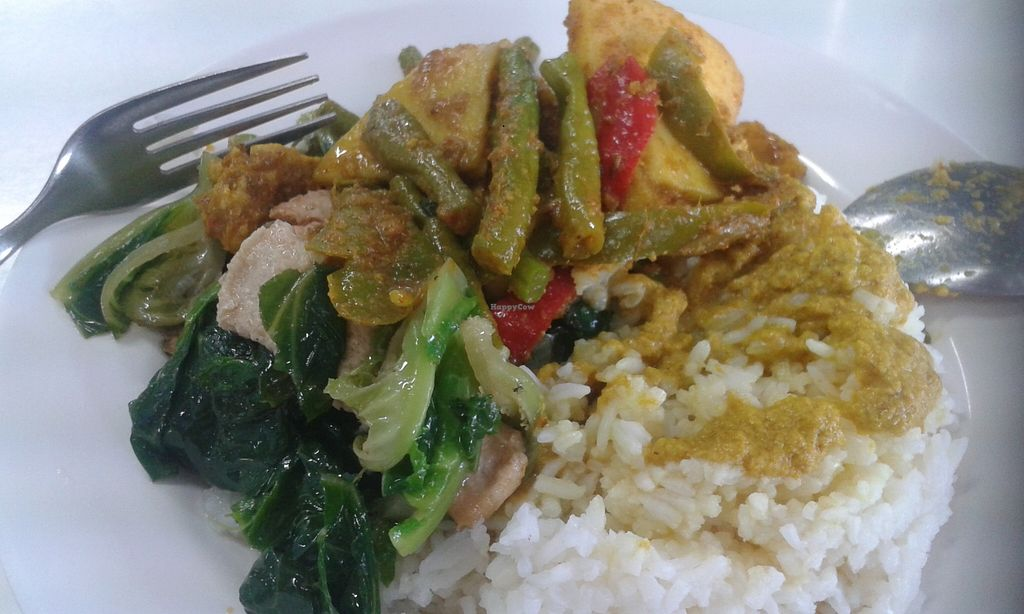 """Photo of CLOSED: Num Heng Vegetarian - Thanon Sheutt  by <a href=""""/members/profile/hitchcube"""">hitchcube</a> <br/>White rice with yellow curry & 2 veg dishes, for 1 person. 40 baht <br/> December 30, 2015  - <a href='/contact/abuse/image/59142/130353'>Report</a>"""