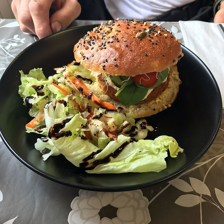 "Photo of Casse-Noisette  by <a href=""/members/profile/veganbikerdude"">veganbikerdude</a> <br/>burger with crudités  <br/> June 18, 2017  - <a href='/contact/abuse/image/62424/270320'>Report</a>"