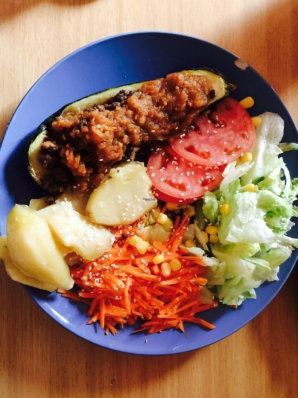 "Photo of Polen  by <a href=""/members/profile/SofiaC"">SofiaC</a> <br/>Zapallo Italiano relleno con carne vegetal , papas y ensalada de lechuga con zanahoria y tomate.