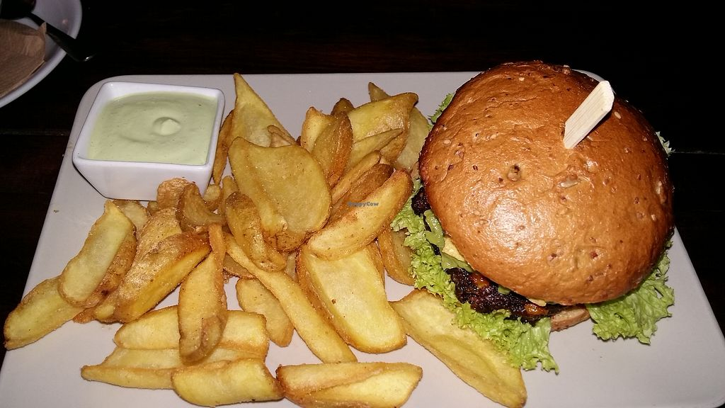 "Photo of Froindlichst - Winterhude  by <a href=""/members/profile/ninaframbuesa"">ninaframbuesa</a> <br/>Hot Amigo Burger with fries <br/> December 25, 2017  - <a href='/contact/abuse/image/66416/339035'>Report</a>"