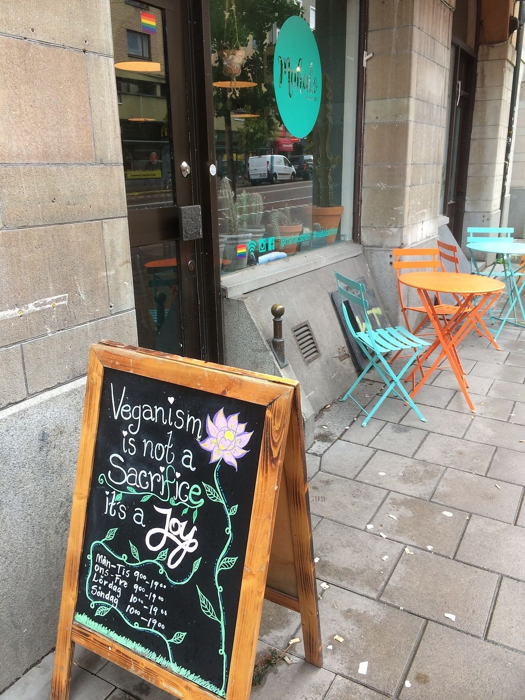 """Photo of Mahalo  by <a href=""""/members/profile/treemelody"""">treemelody</a> <br/>Outdoor seating (in chilly October!) and a beautiful sign  <br/> October 9, 2017  - <a href='/contact/abuse/image/66713/313708'>Report</a>"""