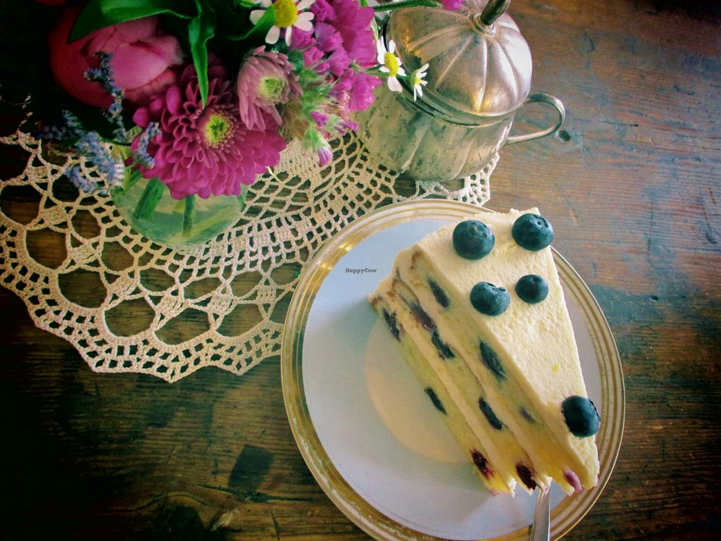 Photo of Eliza Cafe & Lieblingsstucke  by Annibanani <br/>Zitronen Blaubeer Torte