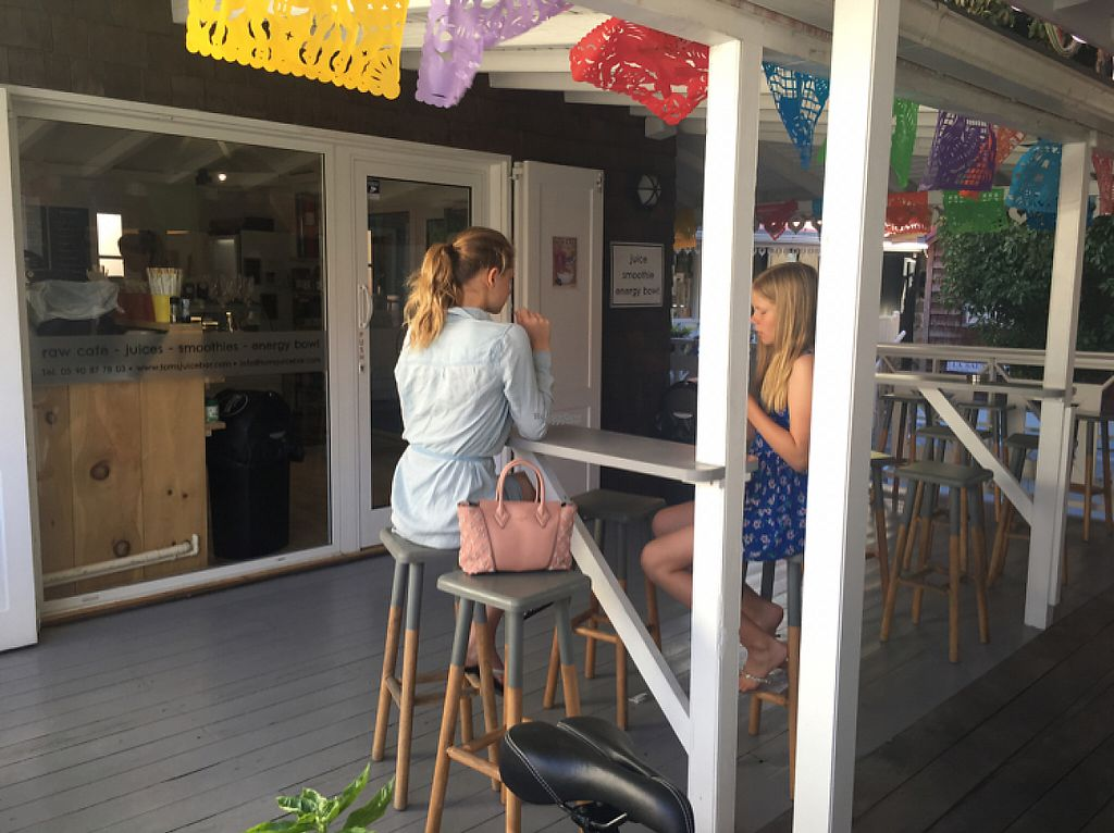 """Photo of Tom's Juice Bar  by <a href=""""/members/profile/veganmom"""">veganmom</a> <br/>outdoor seating <br/> November 24, 2016  - <a href='/contact/abuse/image/67688/193931'>Report</a>"""