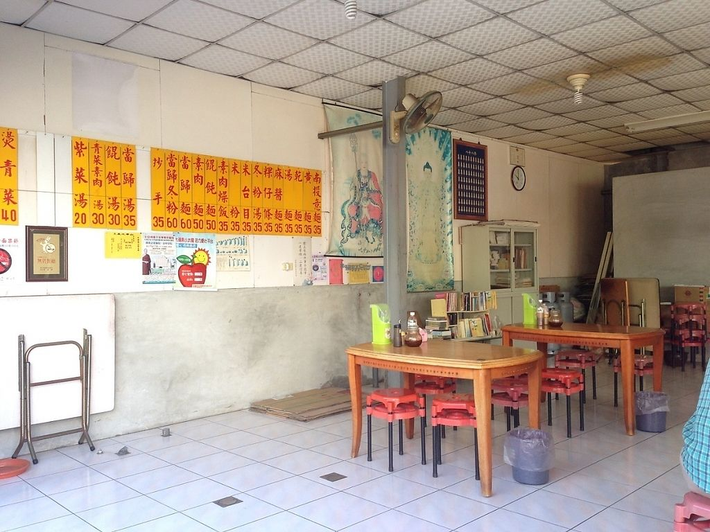 """Photo of Li Yuan Su Shih  by <a href=""""/members/profile/GaelVegmtl"""">GaelVegmtl</a> <br/>Dinning area <br/> November 20, 2016  - <a href='/contact/abuse/image/6787/192413'>Report</a>"""