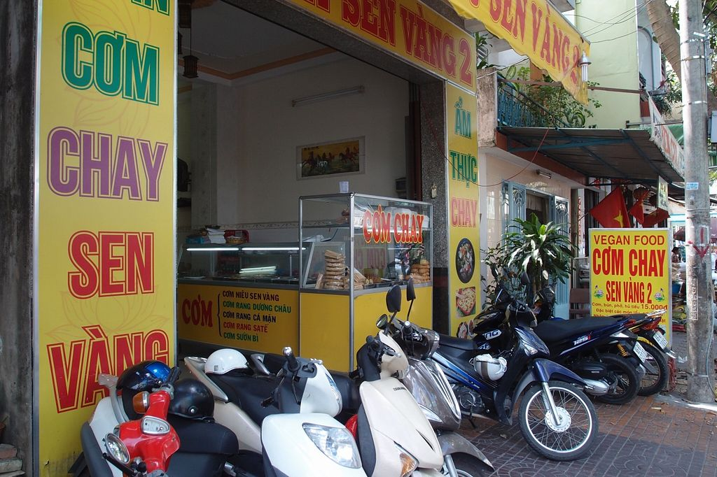 Photo of Chay Sen Vang 2 - Yellow Lotus 2  by Vegreg <br/>Restaurant entrance <br/> January 25, 2016  - <a href='/contact/abuse/image/68682/133624'>Report</a>