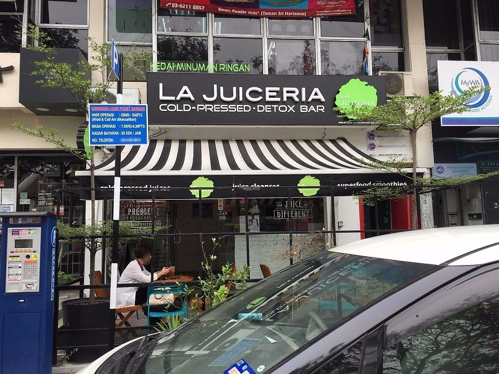 Photo of La Juiceria - Sri Hartamas  by Raphael_Dane <br/>view from outside <br/> December 18, 2016  - <a href='/contact/abuse/image/72612/202527'>Report</a>