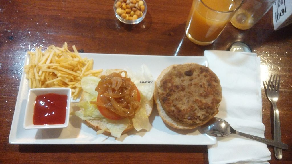 "Photo of Veg & Roll - Bar Vegano  by <a href=""/members/profile/stinashima"">stinashima</a> <br/>classic burger <br/> June 22, 2016  - <a href='/contact/abuse/image/73076/155503'>Report</a>"