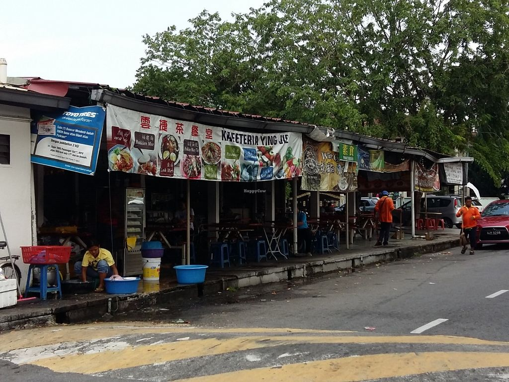 """Photo of CLOSED: Da Jie Healthy Vegetarian Food  by <a href=""""/members/profile/AsparagusCarrot"""">AsparagusCarrot</a> <br/>The appearance outside the stall. There is a petrol station and Om Hotel diagonally opposite this eatery.  <br/> June 10, 2016  - <a href='/contact/abuse/image/74874/153222'>Report</a>"""