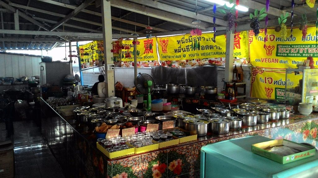 """Photo of Anutra Je  by <a href=""""/members/profile/Mister%20Yeti"""">Mister Yeti</a> <br/>you have a lot of choice. to the left, all kinds of chili pastes and fried mock meats, etc (cold). to the right, """"warm"""" dishes. to the far right kuai-tiao (noodle soup), for which phetchaburi is famous.  <br/> July 12, 2016  - <a href='/contact/abuse/image/76360/159351'>Report</a>"""