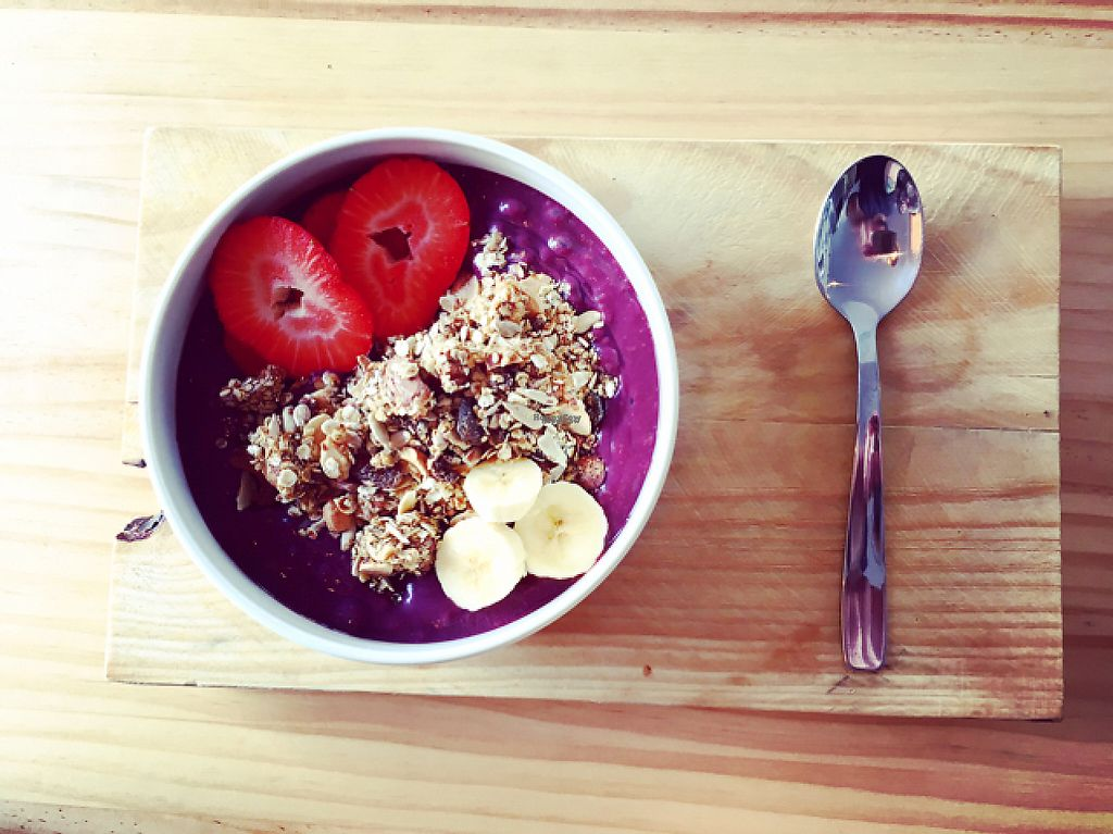"""Photo of Blatpicat  by <a href=""""/members/profile/veganthing"""">veganthing</a> <br/>açaí bowl con fruta y granola casera <br/> March 21, 2017  - <a href='/contact/abuse/image/77032/239137'>Report</a>"""