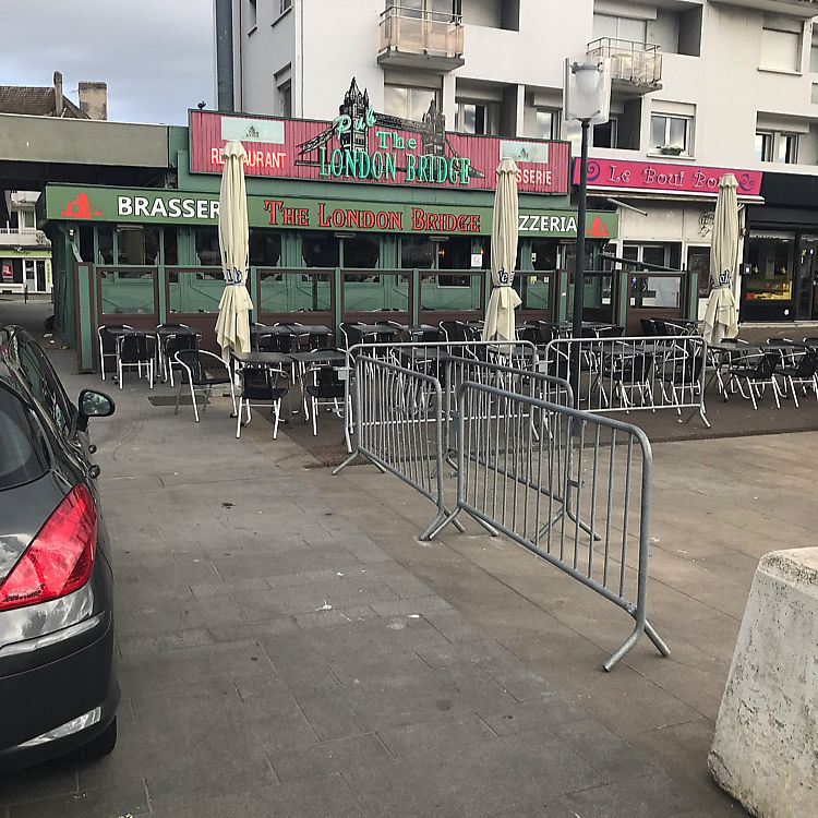 """Photo of London Bridge Bar and Restaurant  by <a href=""""/members/profile/veganbikerdude"""">veganbikerdude</a> <br/>Shop front <br/> June 18, 2017  - <a href='/contact/abuse/image/77374/270325'>Report</a>"""