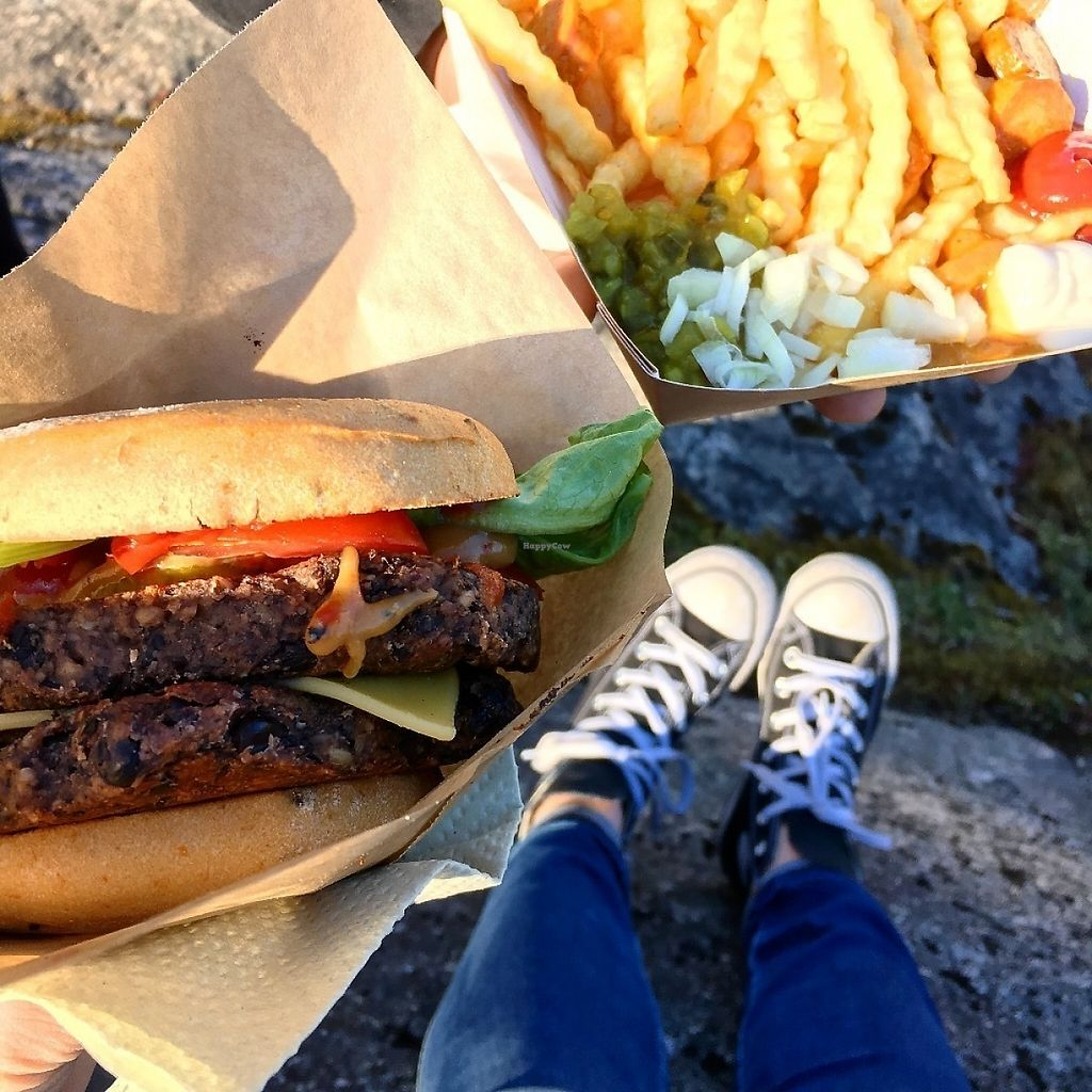 """Photo of Jänö  by <a href=""""/members/profile/SeitanSeitanSeitan"""">SeitanSeitanSeitan</a> <br/>Double cheese burger & makkaraperunat <br/> May 13, 2017  - <a href='/contact/abuse/image/79122/258350'>Report</a>"""