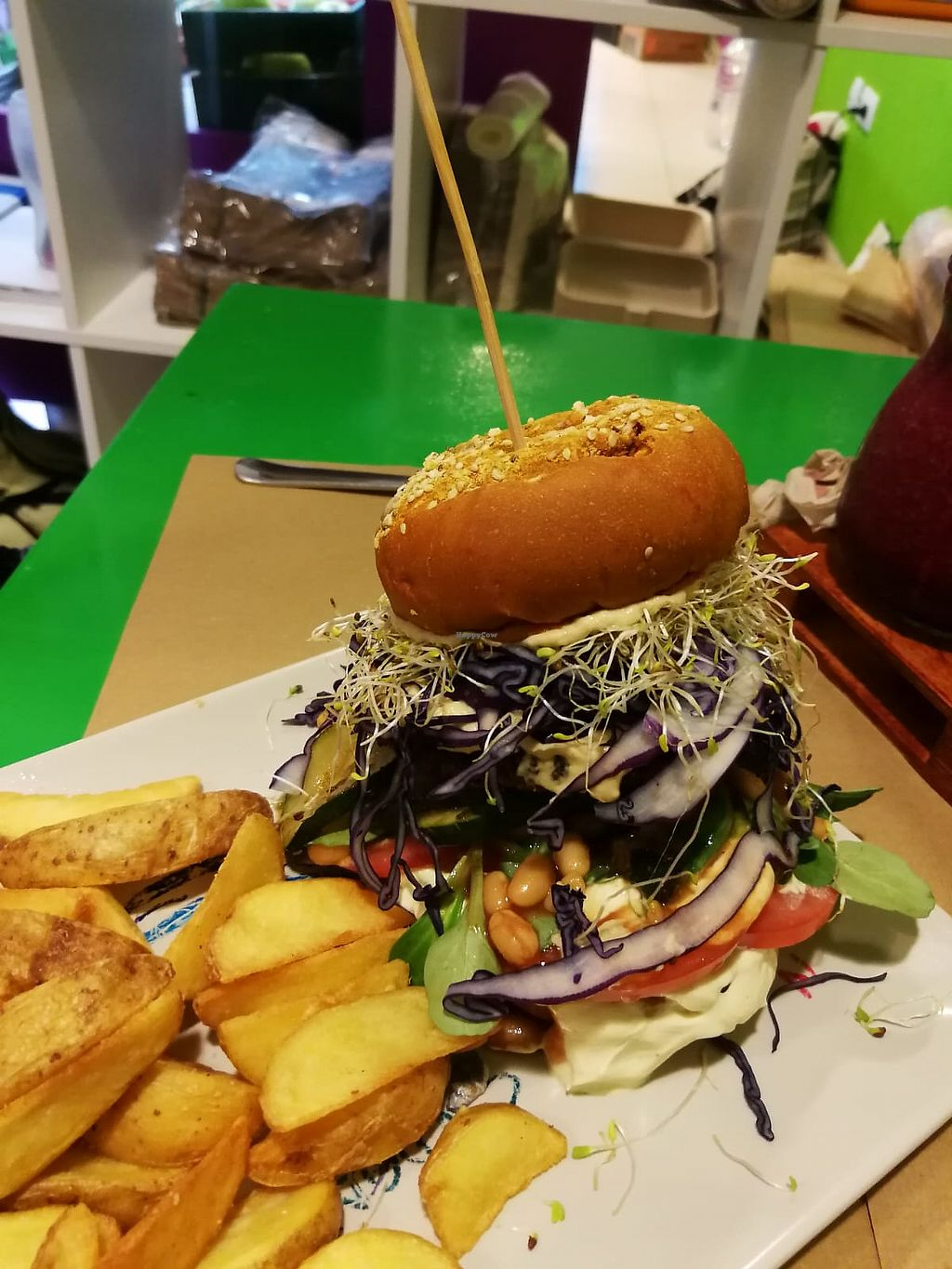 "Photo of Delicias y Namaste  by <a href=""/members/profile/rbrimel"">rbrimel</a> <br/>Súper hamburguesa con papas fritas  <br/> May 21, 2018  - <a href='/contact/abuse/image/80824/402920'>Report</a>"