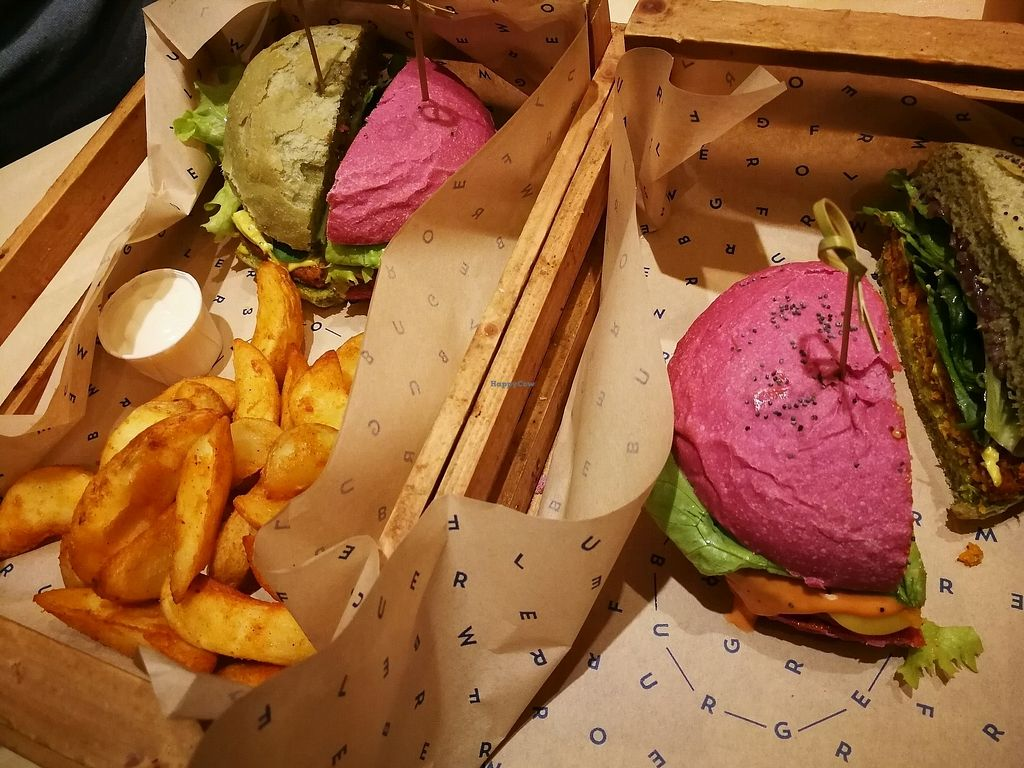"""Photo of Flower Burger  by <a href=""""/members/profile/federicamaneri"""">federicamaneri</a> <br/>flower bomb e grinch <br/> December 18, 2017  - <a href='/contact/abuse/image/81758/336807'>Report</a>"""