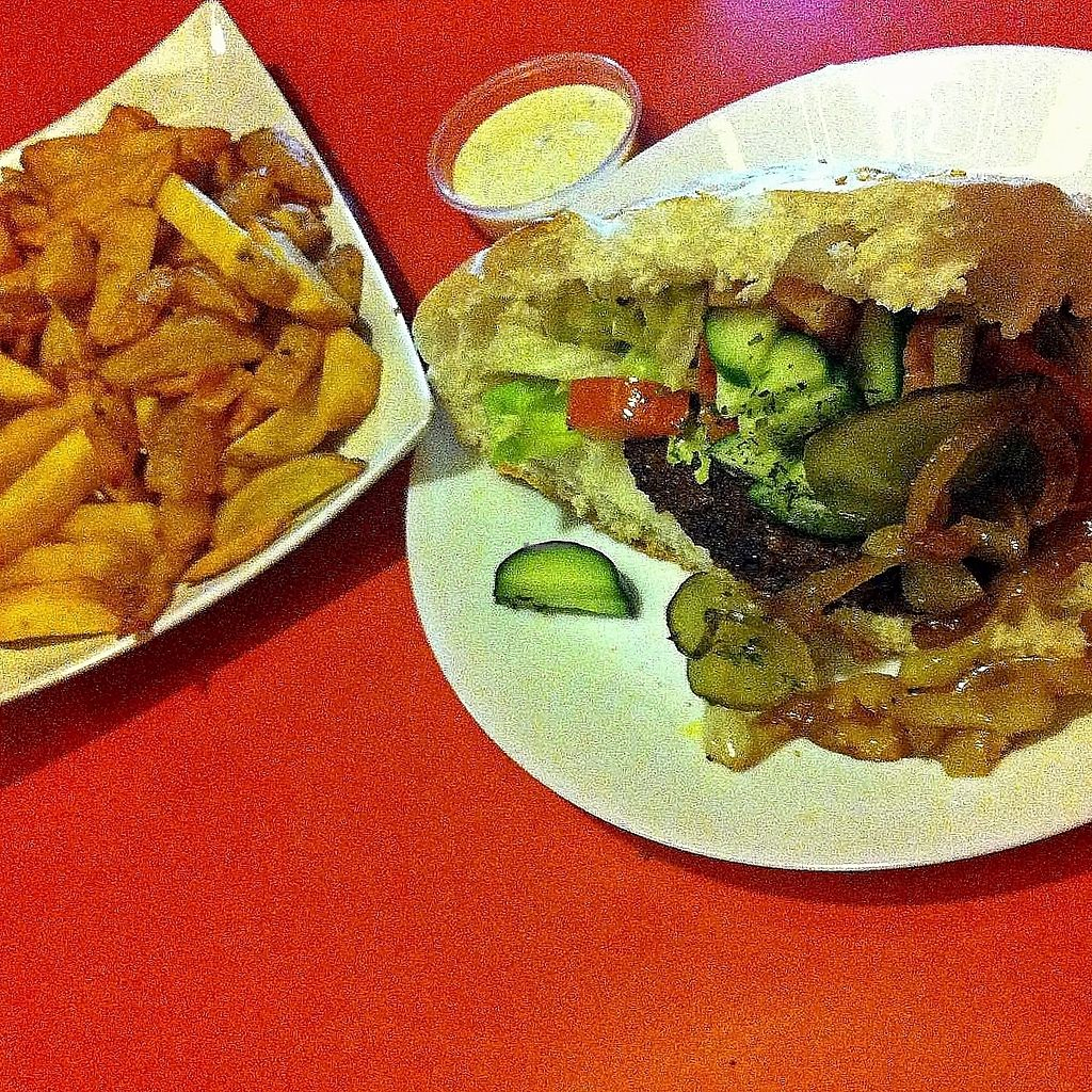 "Photo of De Krewelligen Bidet  by <a href=""/members/profile/Zjef"">Zjef</a> <br/>Big fan of the home-made Bidet Burger with vegan cheese sauce and fries with veganaise <br/> October 23, 2017  - <a href='/contact/abuse/image/82731/318100'>Report</a>"