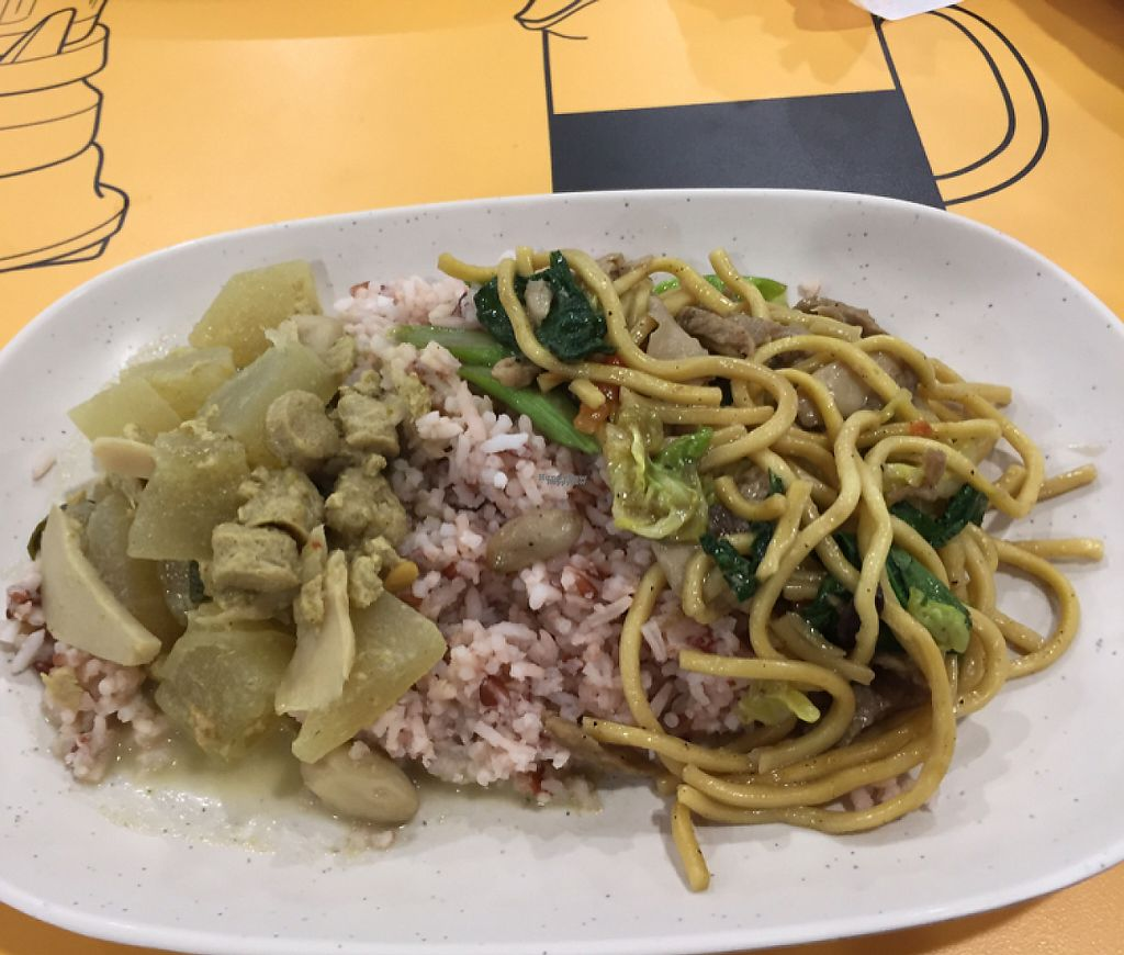 """Photo of Platinum Fashion Mall - Term-Bun  by <a href=""""/members/profile/walkr"""">walkr</a> <br/>Two dishes and rice for 50 baht <br/> December 31, 2016  - <a href='/contact/abuse/image/8316/206479'>Report</a>"""