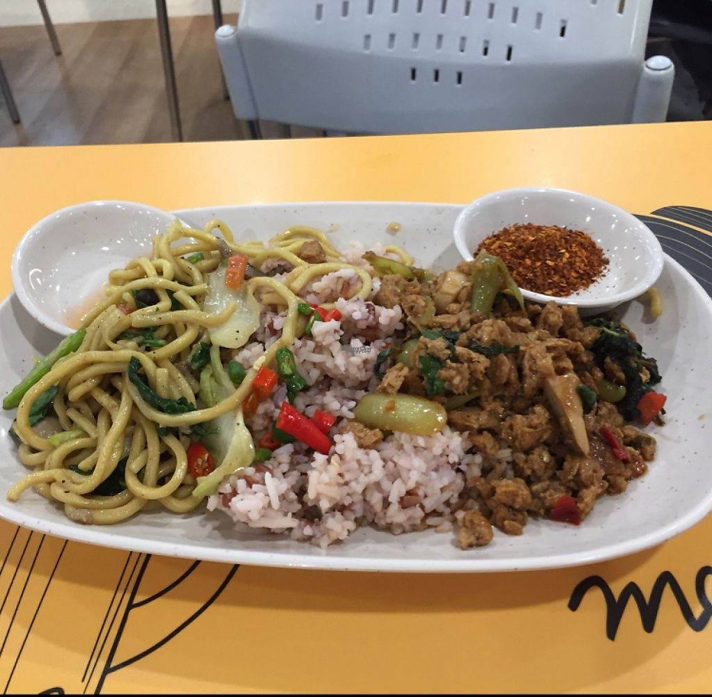 """Photo of Platinum Fashion Mall - Term-Bun  by <a href=""""/members/profile/walkr"""">walkr</a> <br/>Two dishes and rice for 50 baht <br/> December 31, 2016  - <a href='/contact/abuse/image/8316/206480'>Report</a>"""